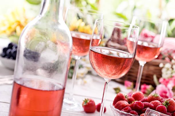 sommer rose wine - picknick tisch kühler stock-fotos und bilder