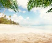 サマー砂浜のビーチ線と海を背景に