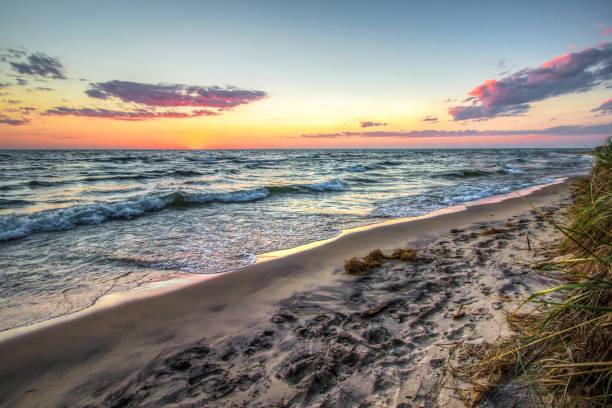 sommer strand sunset beach hintergrund entlang der ufer des lake michigan - lake michigan strände stock-fotos und bilder