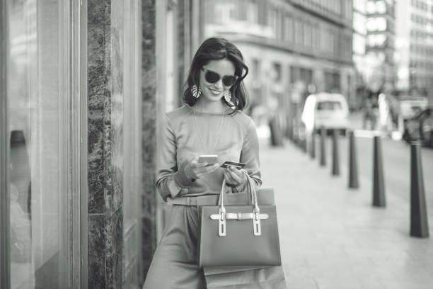 shopping d'été - mode paris photos et images de collection