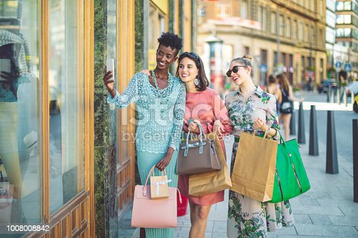 624206636 istock photo Summer shopping 1008008842