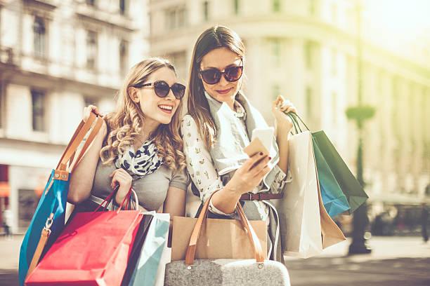 verano de compras - moda parisina fotografías e imágenes de stock