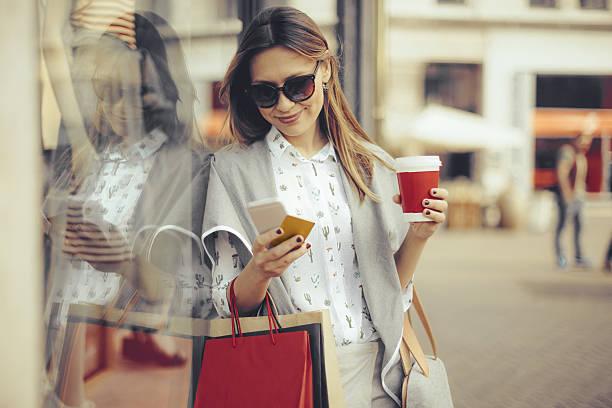 sommer-shopping  - handytasche stock-fotos und bilder