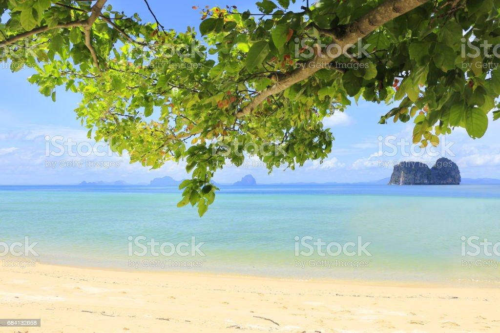 Zomer hemel en prachtig strand royalty free stockfoto