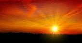夏の空の夕日をご覧ください。