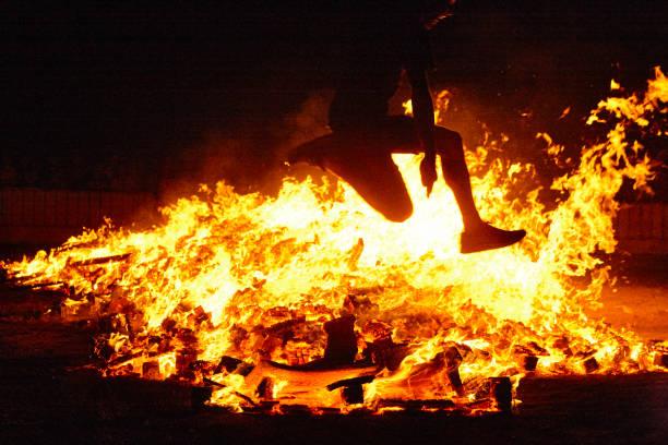 Sommersonnenwende in Spanien. Frau springen. Feuerflammen – Foto