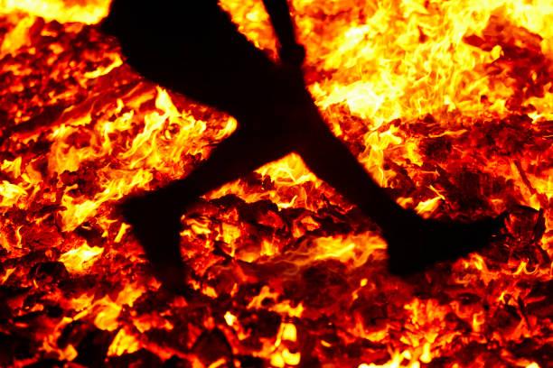 Sommersonnenwende Springreife ins Feuer Brennende Flammen – Foto