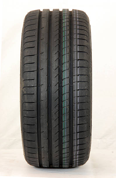 pneu d'une voiture de sport - rame pièce détachée photos et images de collection
