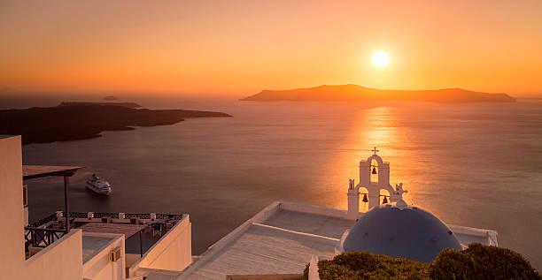 summer sunset in santorini island in greece - ägäische inseln stock-fotos und bilder