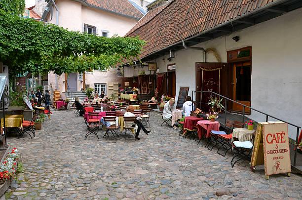Terraza de verano de cafetería tradicional y chocolatería en la ciudad histórica - foto de stock