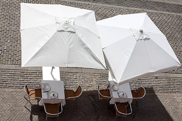 sommer-terrasse - sonnenschirm terrasse stock-fotos und bilder