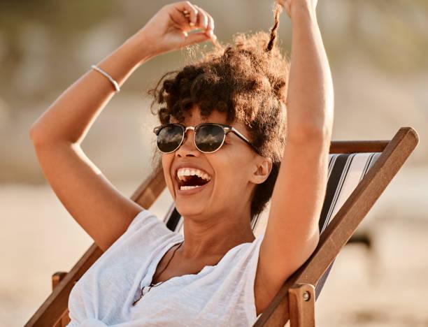 l'été, l'heureuse saison officielle - coiffure africaine photos et images de collection