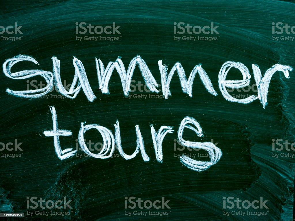 zomer tours tekst op blackboard geïsoleerd - Royalty-free Bedrijfsleven Stockfoto