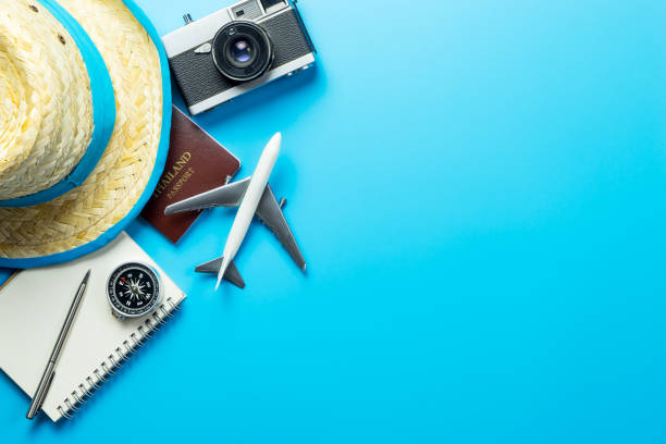 sommer reise-blogger-accessoires auf blauen textfreiraum - reiseblogger stock-fotos und bilder