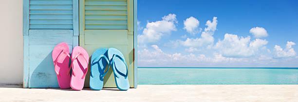 sommer tropischen strand urlaub flip-flops und sandalen paar von karibischen meer - flitterwochen flip flops stock-fotos und bilder