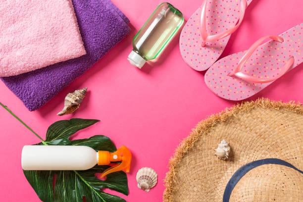 zomervakantie achtergrond met kopieerruimte. vlakke lay foto op kleuren lijst, reis concept. vrije ruimte voor tekst, mock-up - pink and orange seashell background stockfoto's en -beelden