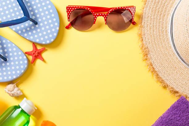 de achtergrond van de zomervakantie met exemplaarruimte. vlakke layfoto op kleurenlijst, reisconcept. vrije ruimte voor tekst, mock-up - pink and orange seashell background stockfoto's en -beelden