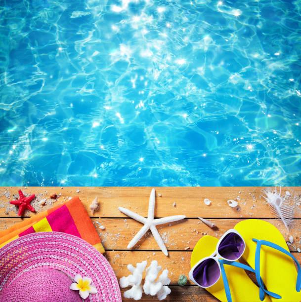 sommerurlaub - zubehör mit pool am strand hintergrund - salzwasser sandalen stock-fotos und bilder