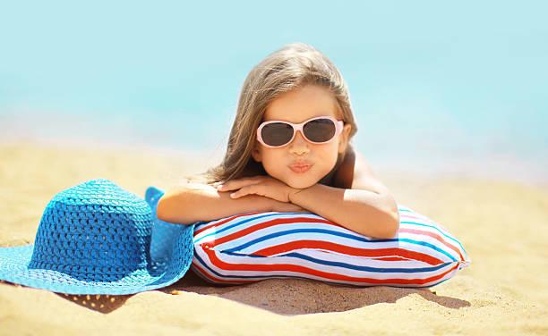 Sommer-Urlaub-Konzept, fröhliche Kind in Sonnenbrille und Hut havi – Foto