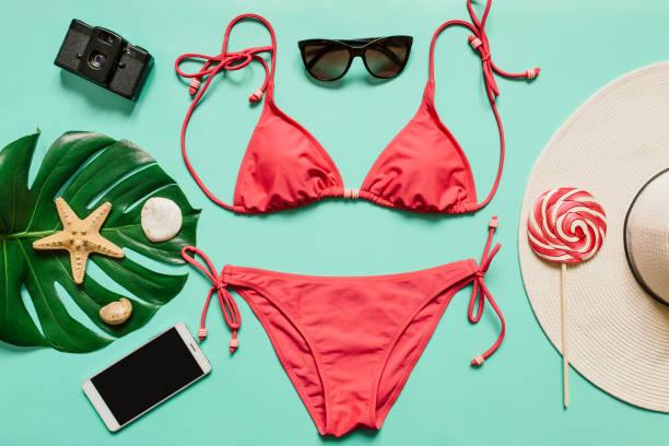 conceito de férias de verão com biquíni rosa terno, chapéu e acessórios - biquíni - fotografias e filmes do acervo