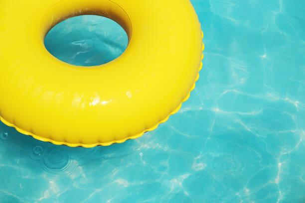 Sommer Urlaub gelb Schwimmen Ring auf dem blauen Wasser. – Foto