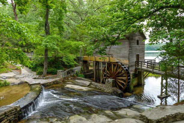돌 산 주립 공원, 애틀랜타, 조지아, 미국에 제 분 용 곡물 밀의 여름 보기. - 제조 공장 뉴스 사진 이미지