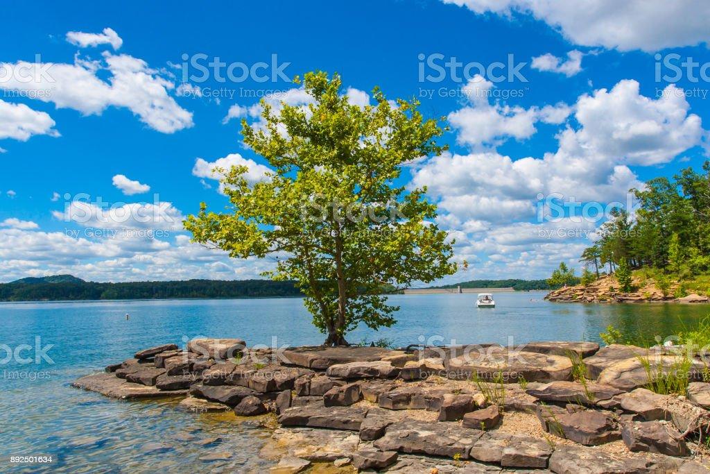 Sommer Blick auf lokalen See Höhle laufen mit schönen Wald am Seeufer Hang und dramatische Wolkengebilde Himmel in Kentucky, USA – Foto