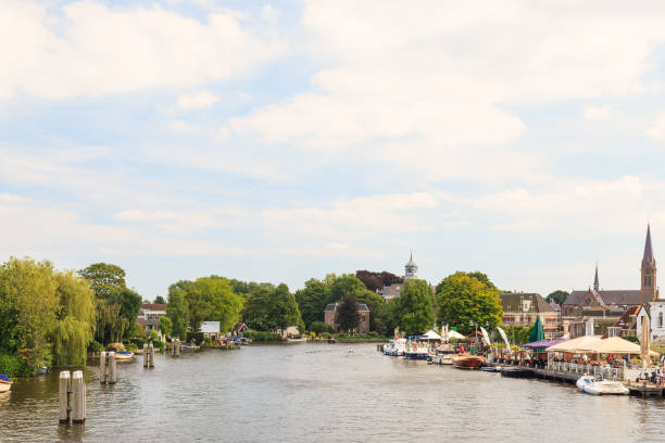 Summer view of the Amstel river with houses and boats in the small Dutch village of Ouderkerk aan de Amstel - foto stock
