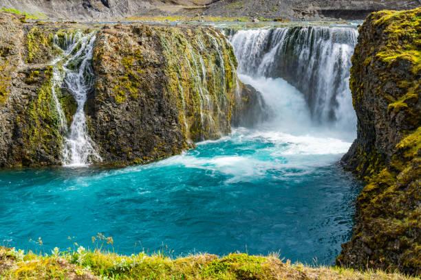 Sommer auf den schönen Sigoldufoss-Wasserfall – Foto