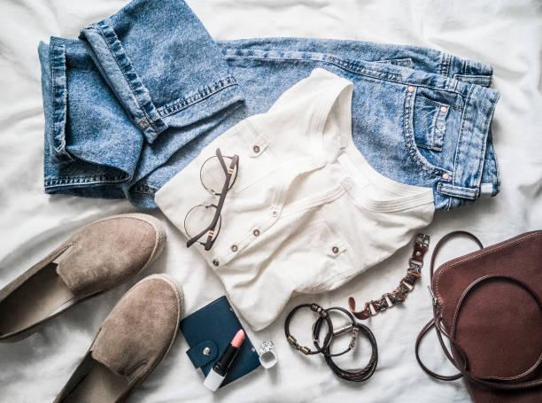 Sommer Damenmode Set-Modefleisen der Mama, Wildleder-Sneakers, T-Shirt, Ledertasche, Armbänder, Lippenstift auf hellem Hintergrund, Top-Ansicht. Beauty, Fashion concept. Wohnung gelegt – Foto