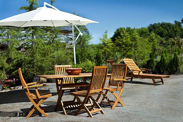 sommer im garten - sonnenschirm terrasse stock-fotos und bilder