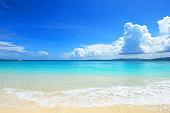 夏のビーチで