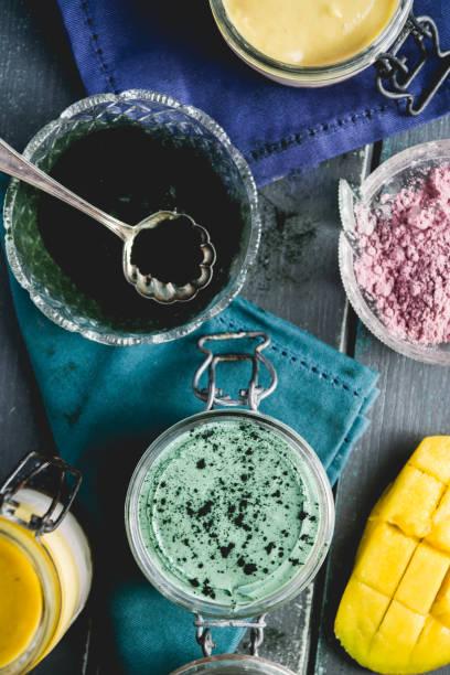 sommer-käsekuchen dessert - regenbogen käsekuchen stock-fotos und bilder