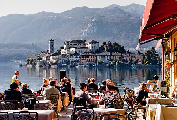 summertime in italy - lecco lombardije stockfoto's en -beelden