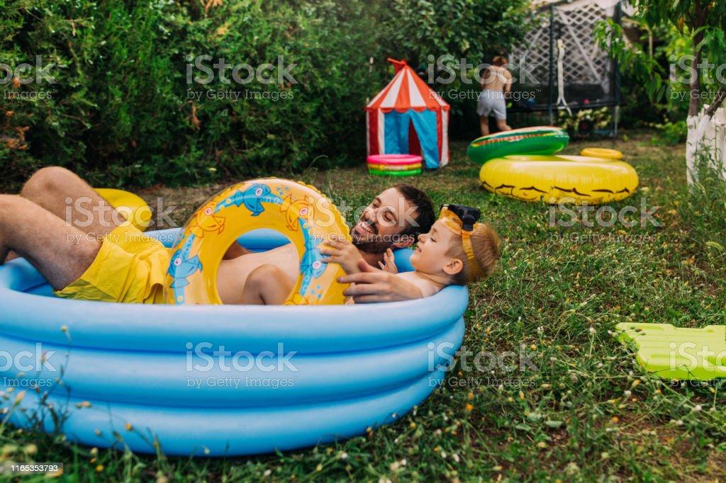 Sommerzeit in unserem Hof - Lizenzfrei 2-3 Jahre Stock-Foto