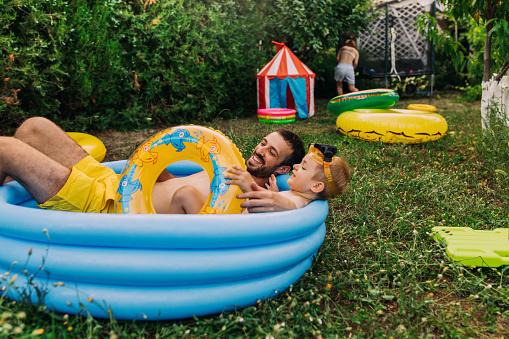Sommerzeit In Unserem Hof Stockfoto und mehr Bilder von 2-3 Jahre