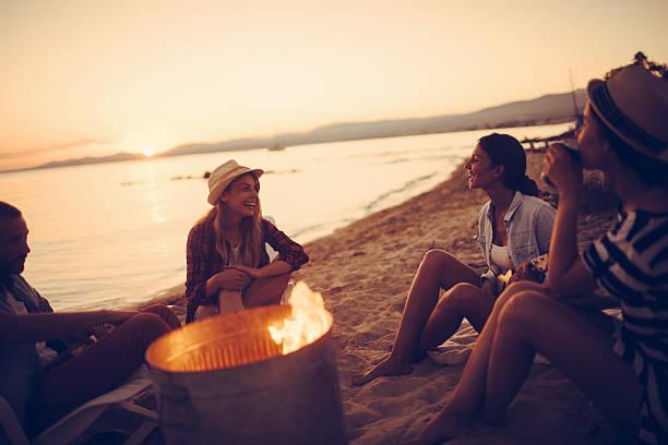 estate festa da camino - falò spiaggia foto e immagini stock