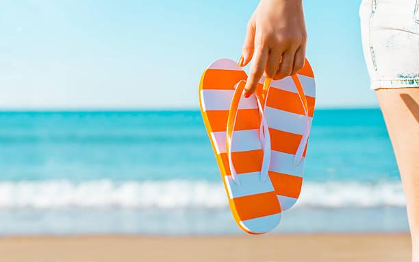 im sommer  - salzwasser sandalen stock-fotos und bilder