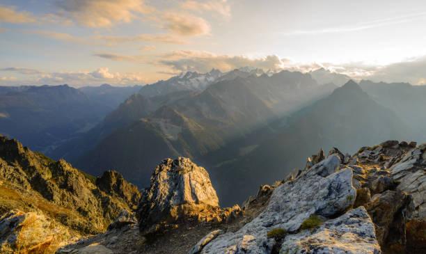 toppmöte solnedgång i de schweiziska alperna - mountain bildbanksfoton och bilder