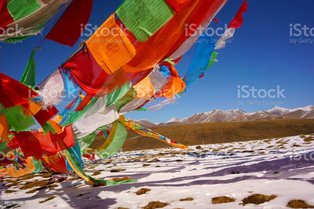 banderas de oración budista vibrante volando cielo azul la Cumbre - foto de stock