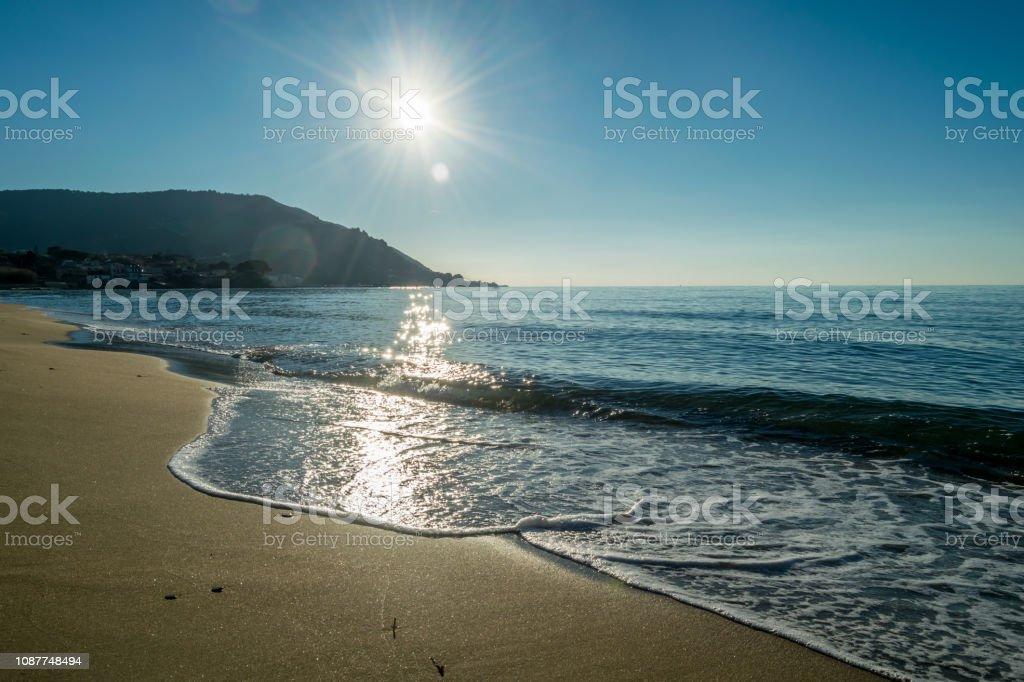 Zon en strand langs de zuidelijke kust van het Italiaanse-mediterrane foto
