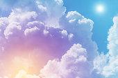 パステル色で太陽と雲の背景