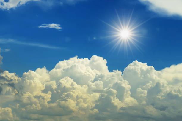 Sonne und weiße Wolke mit blauem Himmel Hintergrund – Foto