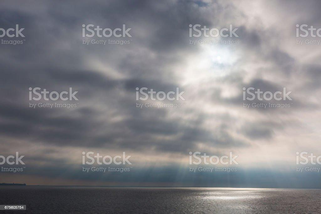 Rayons de soleil dans le ciel de début de soirée sur la Méditerranée photo libre de droits