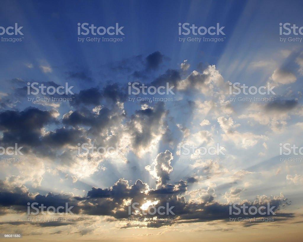 Sole dietro le nuvole al mattino foto stock royalty-free