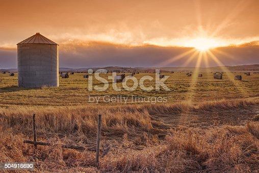 istock Sun Burst Prairie Sunset 504916690