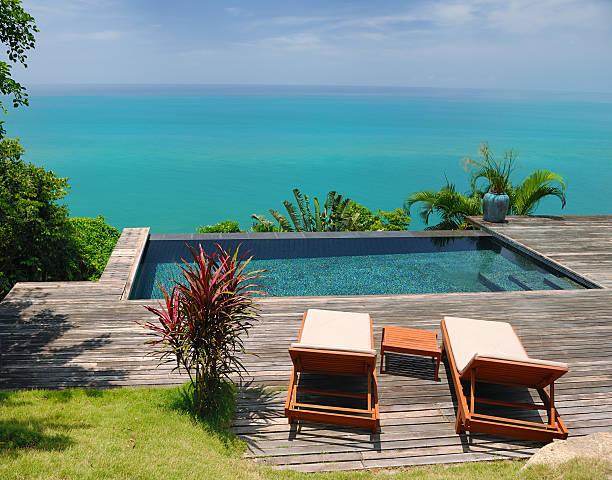 liegestühle, luxus-villa mit eigenem pool - ferienhaus thailand stock-fotos und bilder