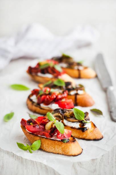 말린된 토마토, 크림 치즈, 튀긴된 버섯 브루 쉐 타 일 - 브루스케타 뉴스 사진 이미지