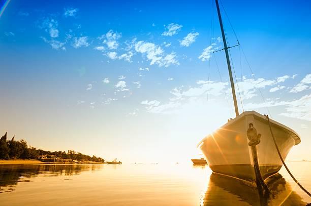 Sonne flare auf Segelboot hull an einem tropischen Strand – Foto