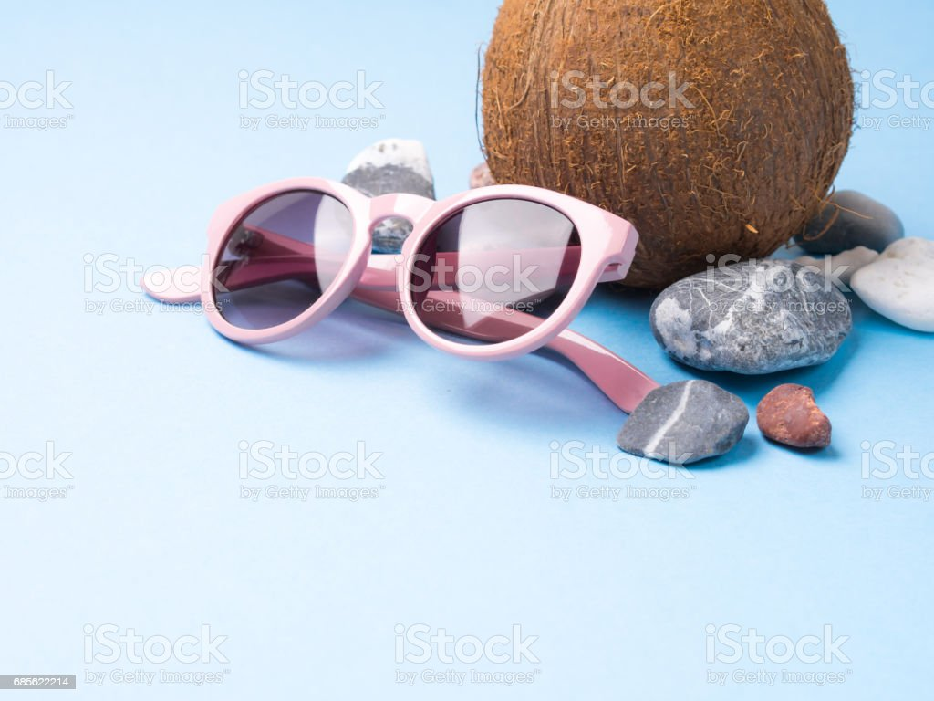 Sun glasses, sea stones and coconut royalty-free 스톡 사진